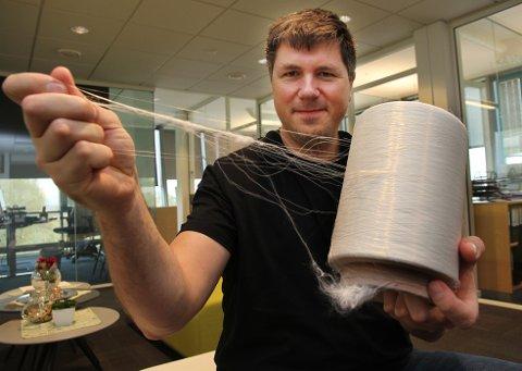 TYNT OG STERKT: Øistein Aleksandersen med Econyl – nylontråden som blir brukt i klær og gulvtepper fra en rekke produsenter.