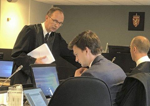 Statsadvokat Trond Høvik. Her sammen med eks-offiserens to forsvarere.
