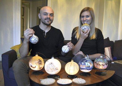 Tomasz Oleszkowicz og Weronika Dydula selger håndmalte julekuler på Bergen Julemarked. Denne uken åpner de også                          nettbutikk i firmaet Øle Wiksen, der det er mulig å bestille. FOTO: KAREN BRU