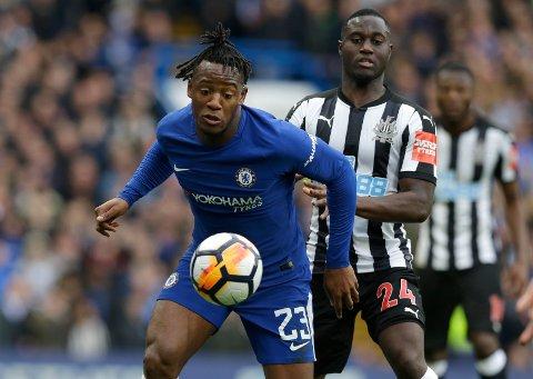 TIL PALACE: Chelsea har lånt ut Michy Batshuayi (t.v.) til Crystal Palace.   (AP Photo/Alastair Grant)