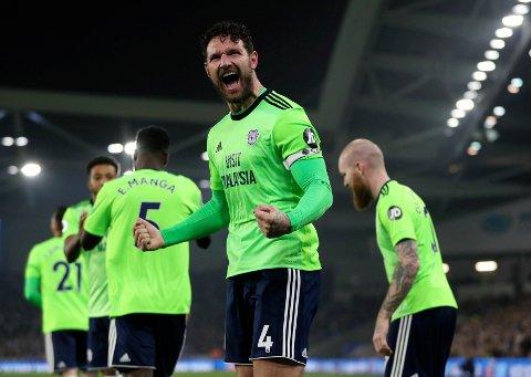 Cardiff City og Sean Morrison jubler etter scoringen mot Brighton. Vi tror et desperat Cardiff-lag tar en ny seier lørdag.   (Andrew Matthews/PA via AP)