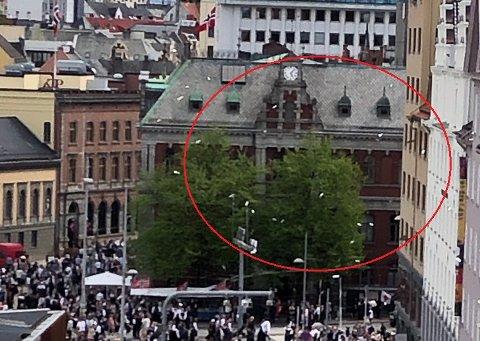 Her daler konfettien ned fra nattklubben på toppen av Kløverhuset.