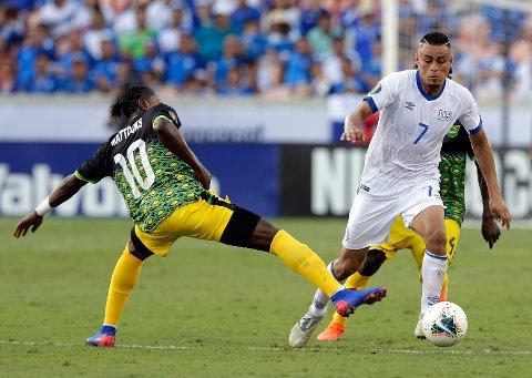El Salvador og midtbanespiller Darwin Ceren (7) har ennå ikke sluppet inn et eneste mål i årets Gold Cup. Vi tror på en målfattig kamp i natt også når de møter erkerival Honduras i den siste gruppespillkampen. (AP Photo/Michael Wyke)