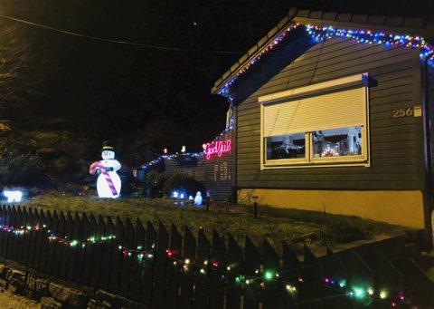 Det koselige huset i Hardangervegen har full julestemning. Men torsdag ble isbjørnen og snømannen, som står til venstre i bildet, stjålet.