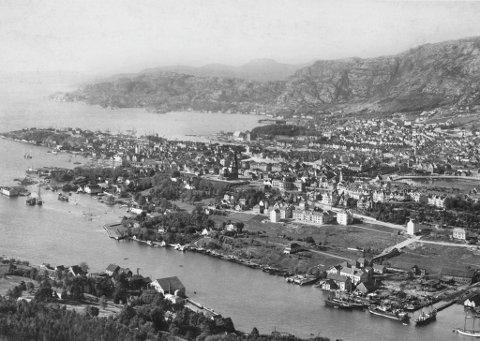 Det var her langs Puddefjorden at Jørgen Thormøhlen startet sine mange manufakturer og skapte en tidlig industriforstad til Bergen i slutten av 1600-tallet. Her ser vi at de første boliggårdene øverst på Møhlenpris står ferdig i 1890-årene.
