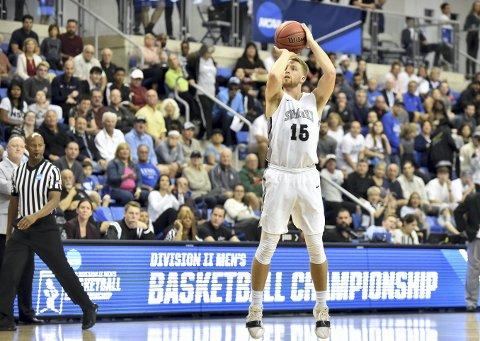 Mikkel Kolstad har en imponerende treffsikkerhet på basketballbanen. Nå blir han proff. – Jeg har lyst til å leve av basketball så lenge det er mulig og det er gøy, sier 25-åringen.