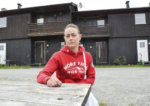 GLAD FOR Å HA FLYTTET UT: Nina Porsmyr flyttet ut fra de kommunale leilighetene på Noresund tidligere i vår,       men ønsker å varsle om det hun mener er nedverdigende standard. Hun og barna kviet seg for å ha besøk mens de bodde her.