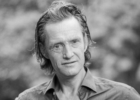 Forfatter Thure Erik Lund fra Modum har kommet med essaysamlingen Romutvidelser i høst, og er oversatt til tysk.