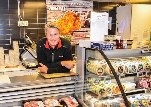 REKORDOMSETNING: – Selv om vi sliter med å skaffe nok norske kjøttvarer, går det mot ny omsetningsrekord i 2020, smiler assisterende butikksjef Vemund Skatvedt ved Spar i Prestfoss.