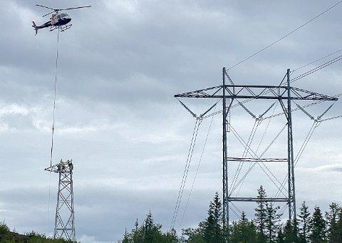 HØYSPENTMASTER: 1. september skal de nye høyspentmastene på Norefjell være ferdig montert.