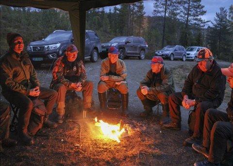 BÅLKOS OG MORGENSTEMNING: Slik har de det hver morgen før de starter å jakte. Kristoffer Narum (f.v.), jaktleder Leif Eidal, Gunnar Haga, Martin Bjøre, Kristoffer Albjerk og Kristian Eidal.