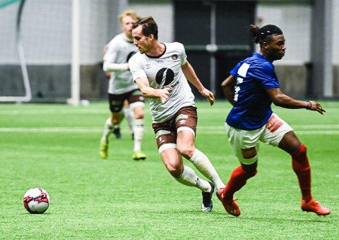 FØRSTE KAMP: Fredrik Brustad (t.v.) fikk sin uoffsielle MIF-debut i oppgjøret mot Vålerenga i LSK-hallen søndag. Han spilte de første 45 minuttene.