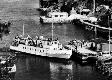 Overtok etter «Sport»: Etter «Sport» kom «Snapp» som badebåt. Her kommer Snapp inn til brygga i Holmsbu midt på 60-tallet.