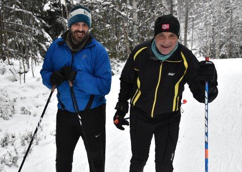Friskusene Tom Schou og sønnen Dag Thorstein Schou koser seg når de kan gå flere kilometer i lysløypa og i skogen, konkurrere og få trent på ski.