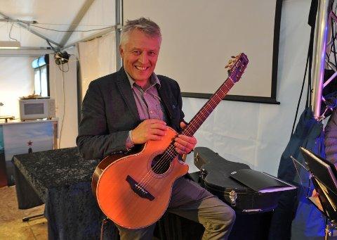MUSIKALSK: Per-Inge Jensen er kjent for sin gitarspilling og nå håper han det blir startet en trommegruppe for damer i Nordkapp.