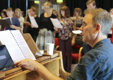 ØVING: Søndag var det øving med dirigenten og Requiem-koristar på Flora samfunnshus. Komponist Eirik Molnes Husabø er spent og nervøs framfor urframføringa av sitt største musikalske verk.Alle foto: Linda Regina Bruvik