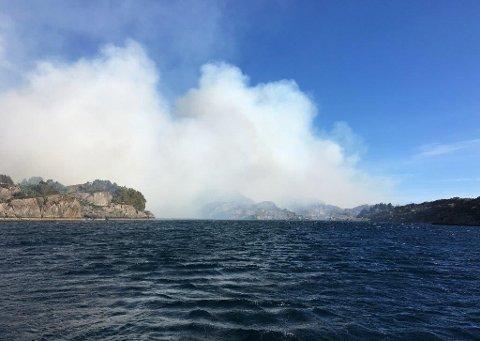 Det brenn ved Trovåg i Solund.