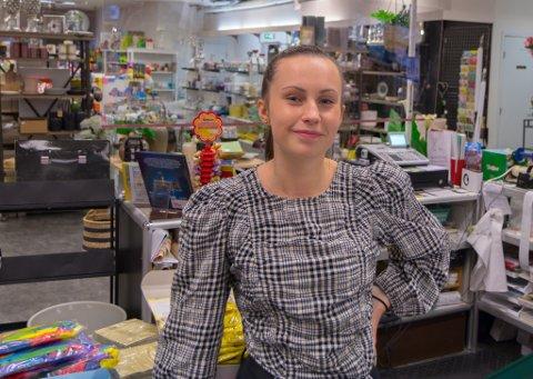 TENK NYTT: Hedda Stølen Olsen (19) meiner Høyanger må tenke nytt for å få folk til å ville bu i bygda.