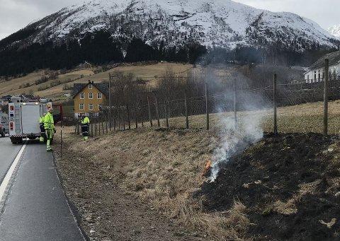 OPPKLART: Ein bekymra forbipasserande melde tysdag ettermiddag om brann i ein skråning i Jølster. No har brannvesenet oppklart situasjonen med den ansvarlege.