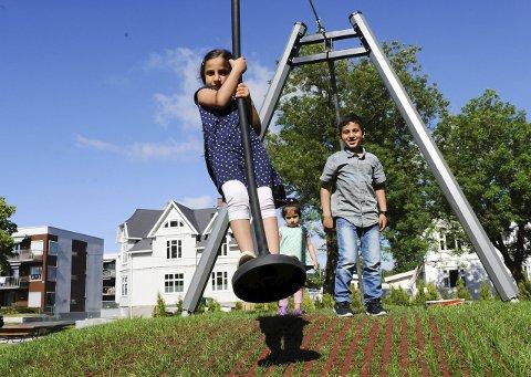 Søsken: Laila på løpestrengen, broren Walid og lillesøster Isra Salah likte de nye lekeapparatene. Mammaen fortalte at de kom til å bruke torvet mye fremover. Foto: Jan Erik Skau