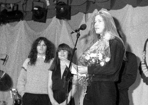 Fra 1989: Den ny-innstiftede Frederik-prisen deles ut for første gang på Hotel City i et samarbeid mellom A/S Restaurantdrift, Demokraten og Fredriksstad Blad: Skule Stene  og Ragnar Westin (til venstre) i metal-bandet 'Equinox mottok «FB-prisen» fra prisutdeler Anne-Lise Johnsen.