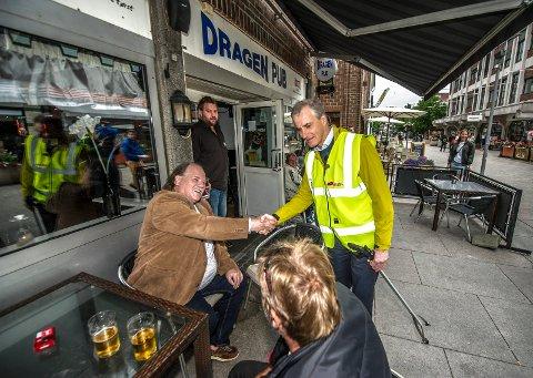 Ikke godt nok: Jonas Gahr Støre reiste land og strand rundt i valgkampen. Blant annet var han tre ganger i Fredrikstad, hvor han også hilste på gjestene ved Dragen pub. Likevel var det ikke godt nok til å mobilsere velgerne han og partiet trengte for å vinne valget.