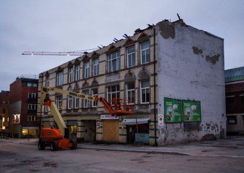 Taket på sidebygningen er av asbest og må plukkes ned før rivingen av selve Cewex-gården kan starte.
