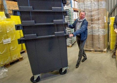 GULL AV SØPPEL: - Innsamling av glass og metall hjemme hos innbyggere fører til at det er behov for nye avfallsbeholdere, forklarer Hans Kristian Hansen.