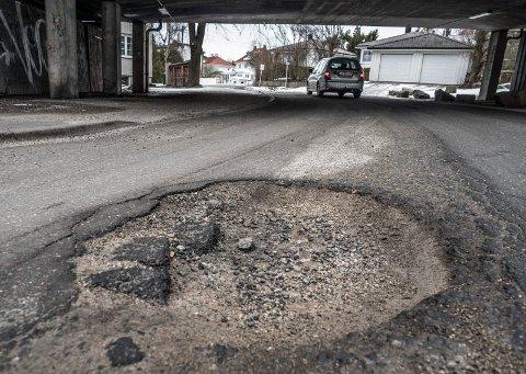 ØDELAGT: Mange av veiene i distriktet har store sår og hull etter vinteren. Her fra Rektor Østbyes gate.