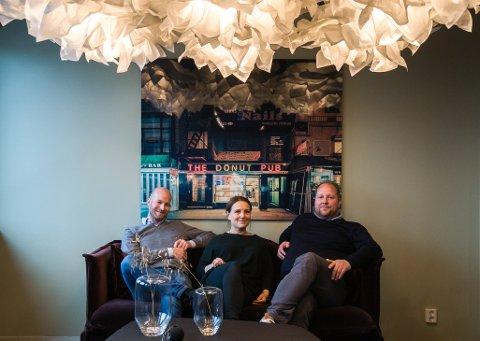 Blender Collective har inngått avtale om å flytte fra Hydrogenfabrikken og inn på Nygaardsplassen i sentrum. Fra venstre Sander Grundvig fra Cityplan (gårdeier), Sabine Larrieu-Hellestad, coworking manager i Blender Collective, og styreleder Jørgen Schrøder Aanonsen.