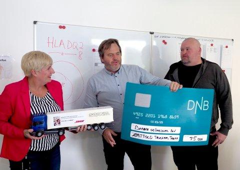 LEVERTE SJEKKEN: Frank Bergvatn (i midten) og Thomas Wiik overleverte sjekken til klinikksjef Eirin Paulsen i forrige uke.