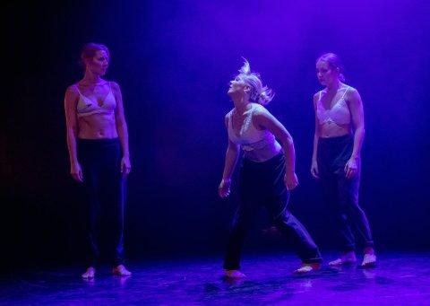Live Haug Skullerud (i midten) fikk 10.000 kroner av Stiftelsen Fredriksstad Blad i fjor, for å sette opp en danseforestilling i byens uterom.