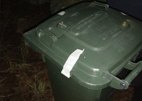 Slike tape-biter var festet på en mengde søppel- og postkasser i nærområdet på Glombo, forteller en beboer.