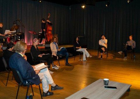 Første del av Poesi i grenseland ble holdt på Litteraturhuset lørdag kveld. I forgrunnen festivalleder Freddy Fjellheim..
