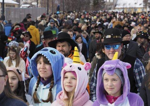 FEST: Narvikingene vet å lage folkefest når det er Vinterfestuka. 2017 hadde kanskje tidenes program, og kanskje ble det også tidenes folkefest? Det var i alle fall ingenting å si på stemningen under Barnas dag.Foto: Ann-Kristin Hanssen