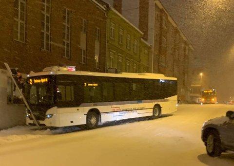 GLATT: Bussen måtte vente på berging etter å ha kjørt inn i et trafikklys.