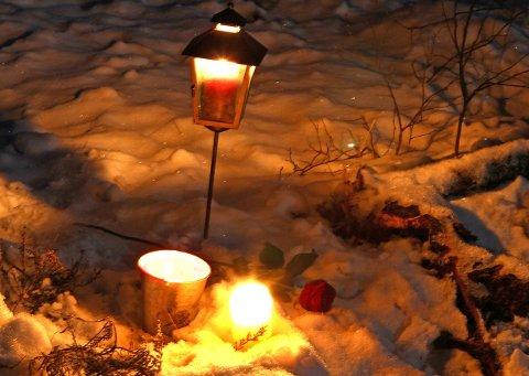 Onsdag kveld var det satt ut lys ved ulykkesstedet.
