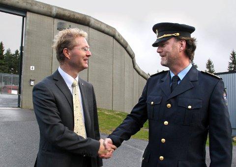 PÅ BESØK: Stortingsrepresentant Tor André Johnsen (t.v.) besøkte Kongsvinger fengsel i oktober og møtte blant andre fengselsleder Gaute Enger. Foto: Frede Y. Eriksen