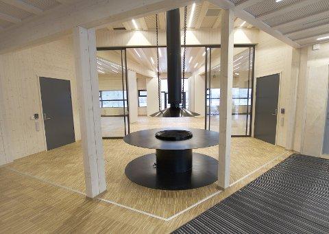 MODERNE OG MILJØVENNLIG: Resepsjonen i det nye bygget. Ifølge Statsbygg er dette Norges mest klimavennlige bygg.