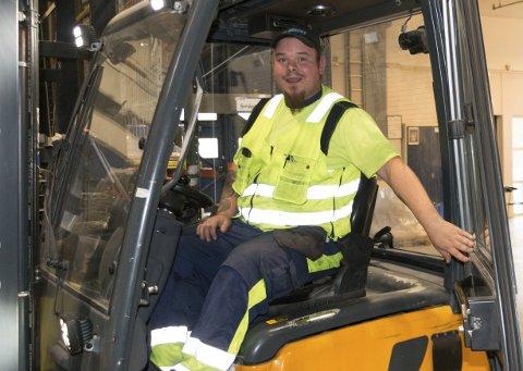 FAST ANSATT: Etter en ti måneders lang sykemelding som følge av ryggproblemer fikk Cato Hagen (30) hjelp av prosjektet «Ny start» for å få arbeidserfaring igjen. Nå er han fast ansatt – og takknemlig for muligheten prosjektet ga.