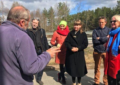 KUNST: Seks kunstnere og to elever skal levere skisser til forslag om kunst i Svullrya sentrum. Her viser Dag Raaberg fram museumstomta. Erlend Leirdal, Karoline Hjorth, Riitta Ikonon, Tore Hansen og Inga-Lena Klenell.