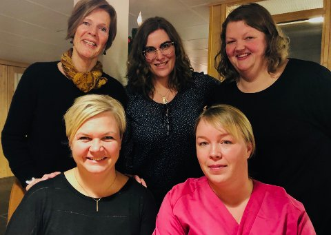 Alle ledd i omsorgstjenesten skal følge demenssyke tettere, sier demenskoordinator Mona Skara (foran f.v.), avdelingsleder ved skjermet avdeling Bente F Sollien, enhetsleder Heidi Gjerdrum (bak f.v.), avdelingsleder i hjemmetjenesten Aud Irene Sagvik og avdelingsleder ved korttidsavdelingen,  Anette Nymoen.