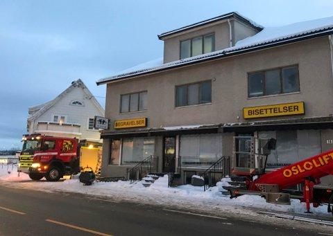LEKKASJE: Flere brannbiler rykket ut til Martemoen-bygget på Skarnes torsdag morgen.