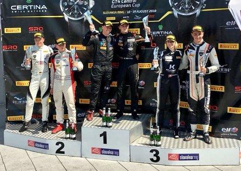 VANT: Mads Siljehaug og David Klar på toppen av seierspallen etter seieren i GT4-løpet i Slovakia.