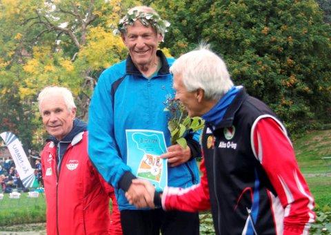 Jon Tyldum gratuleres med sprintgullet av sølvvinner Olav Totland fra Fana. Til venstre bronsevinner Rolf Pedersen fra Alta.