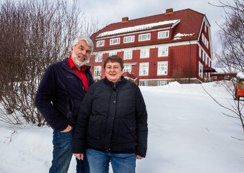 Heidi og David Nordby bor i et hus på 1.500 kvadratmeter midt i Lillehammer. De kjøpte bygget som tidligere huset Hammerseng pensjonatskole i 1998. Sveip til høyre for å se flere bilder fra boligen.