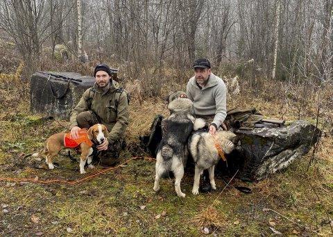 Per Marius Melby t.v. og Knut Sørlundsengen var her på villsvinjakt i Øyers skoger. Hunden Sako (til venstre) forsvant fredag, men ble lørdag funnet igjen.