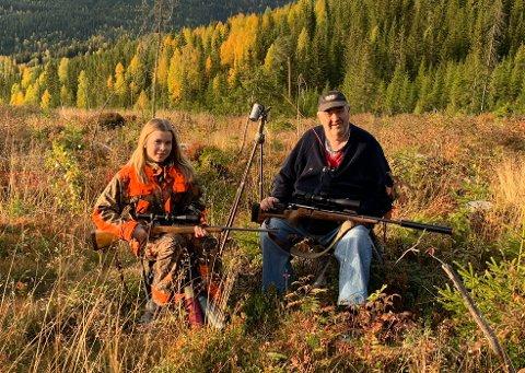 PÅ POST: Karine Hasvold (15) synes bestefar Hans Gjefle Hasvold (69) er sprek som er på jakt kort tid etter operasjonen.