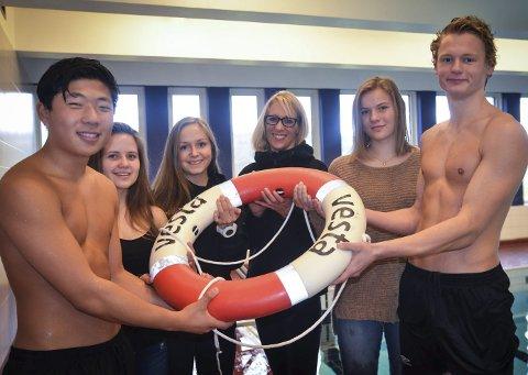 REDDE LIV: Fra venstre: Joonas Haakenstad (idrettslinja), Alethia Dagestad Strande (svømmeklubben), Oline Hopen (idrettslinja), Inger Reidun N. Fleischer (prosjektleder i Ung Hadeland) Sigrid Kjørven (idrettslinja) og Henrik Oppen Schiøtz.