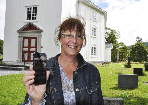 DIGITAL: Verden har blitt digital også i Jevnakers kirker. Kirkeverge Mari Freitag forteller om stor suksess med mCash. Foto: John Erik Thorbjørnsen